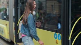 Femme entrant dans la porte du tram moderne ? la station clips vidéos
