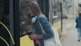 Femme entrant dans la porte du tram moderne ? la station banque de vidéos