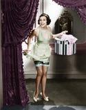 Femme entrant dans une lingerie de port de pièce et tenant une boîte de chapeau (toutes les personnes représentées ne sont pas pl Images stock