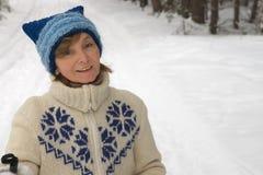 Femme entre deux âges à l'arrière-plan d'un hiver FO Images libres de droits