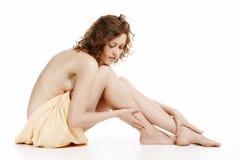 Femme enveloppée dans une serviette Photo stock