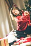 Femme enveloppant et décorant le cadeau de Noël avec le petit chat photos stock