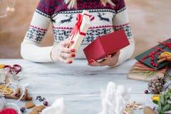 Femme enveloppant la boîte actuelle Photo stock