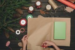 Femme enveloppant le cadeau de Noël Photos libres de droits