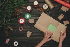 Femme enveloppant le cadeau de Noël Photographie stock