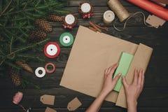 Femme enveloppant le cadeau de Noël Photo stock