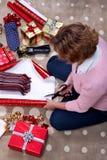 Femme enveloppant une écharpe pour Noël. Photo stock