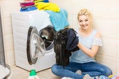 Femme environ pour faire la blanchisserie images stock