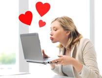 Femme envoyant des baisers avec l'ordinateur portable Photo libre de droits
