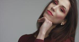 Femme espagnole de beauté dans la robe rouge avec le maquillage rouge d'oeil de vivd regardant l'appareil-photo Photos libres de droits