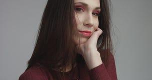Femme espagnole de beauté dans la robe rouge avec le maquillage rouge d'oeil de vivd regardant l'appareil-photo Photos stock