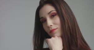 Femme espagnole de beauté dans la robe rouge avec le maquillage rouge d'oeil de vivd regardant l'appareil-photo Photo stock