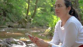 Femme espagnole sur la berge clips vidéos