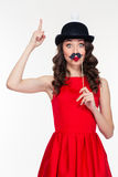 Femme espiègle ayant l'amusement avec des appui verticaux de moustache Image stock