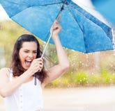 Femme espiègle sous la pluie photographie stock