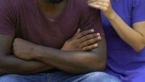 Femme essayant d'étreindre et soulageant son ami afro-américain offensé, appui clips vidéos