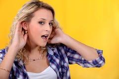 Femme essayant d'entendre mieux Photo libre de droits