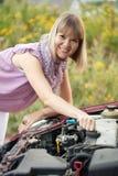 Femme essayant de fixer le véhicule photos stock