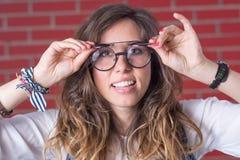 Femme essayant des verres d'une vue de double photos stock