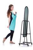 Femme essayant le nouvel habillement Photographie stock libre de droits