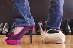 Femme essayant sur des chaussures à la maison Photo stock