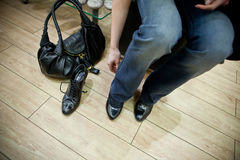 Femme essayant sur des chaussures dans une mémoire Image libre de droits