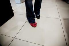 Femme essayant sur des chaussures dans une mémoire Image stock