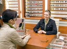 Femme essayant sur des lunettes. Photographie stock libre de droits
