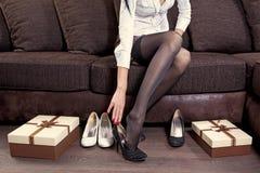 Femme essayant sur la chaussure noire photo stock
