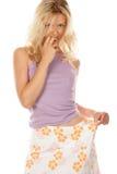 Femme essayant sur la jupe Images libres de droits