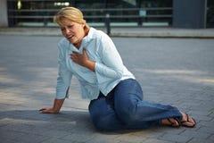 Femme essoufflé sur le trottoir Photos libres de droits