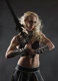 Femme et épée image stock