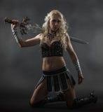 Femme et épée photographie stock