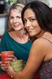 Femme et ami hispaniques sexy en café Images libres de droits