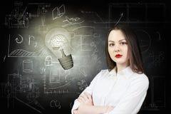 Femme et ampoule lumineuse au-dessus de fond d'icônes Photo stock