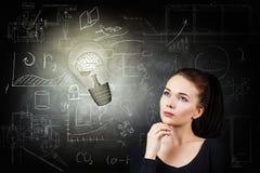 Femme et ampoule lumineuse au-dessus de fond d'icônes Photographie stock libre de droits