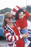 Femme et bébé dans l'habillement patriotique, Cayucos, la Californie Images stock