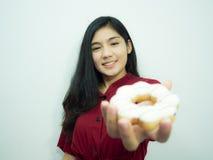 Femme et beignet asiatiques Photos stock