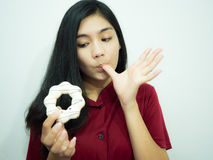 Femme et beignet asiatiques Image stock