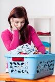 Femme et boîte ennuyées avec la blanchisserie photographie stock