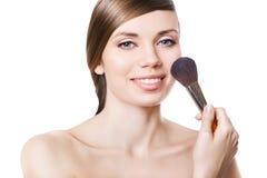 Femme et brosse de sourire naturelles sur la joue image stock