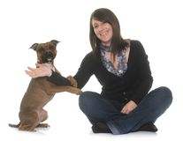 Femme et bull-terrier du Staffordshire Photographie stock