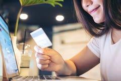 Femme et carte de crédit Photos stock