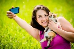 Femme et chat de Selfie Photos stock
