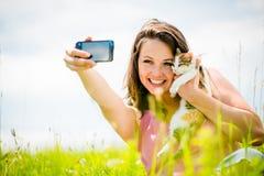 Femme et chat de Selfie Images stock