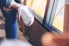Femme et chaussures blanches Photo libre de droits