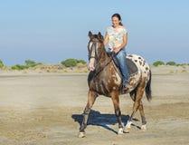 Femme et cheval d'appaloosa images libres de droits