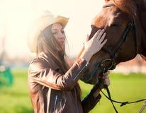 Femme et cheval Haut étroit de portrait, coucher du soleil, sourire Images libres de droits