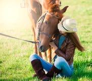 Femme et cheval Haut étroit de portrait, coucher du soleil, sourire Photographie stock libre de droits