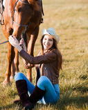 Femme et cheval Haut étroit de portrait, coucher du soleil, sourire Images stock